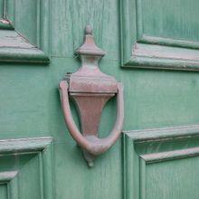 800px-Old_Brass_Door_Knocker
